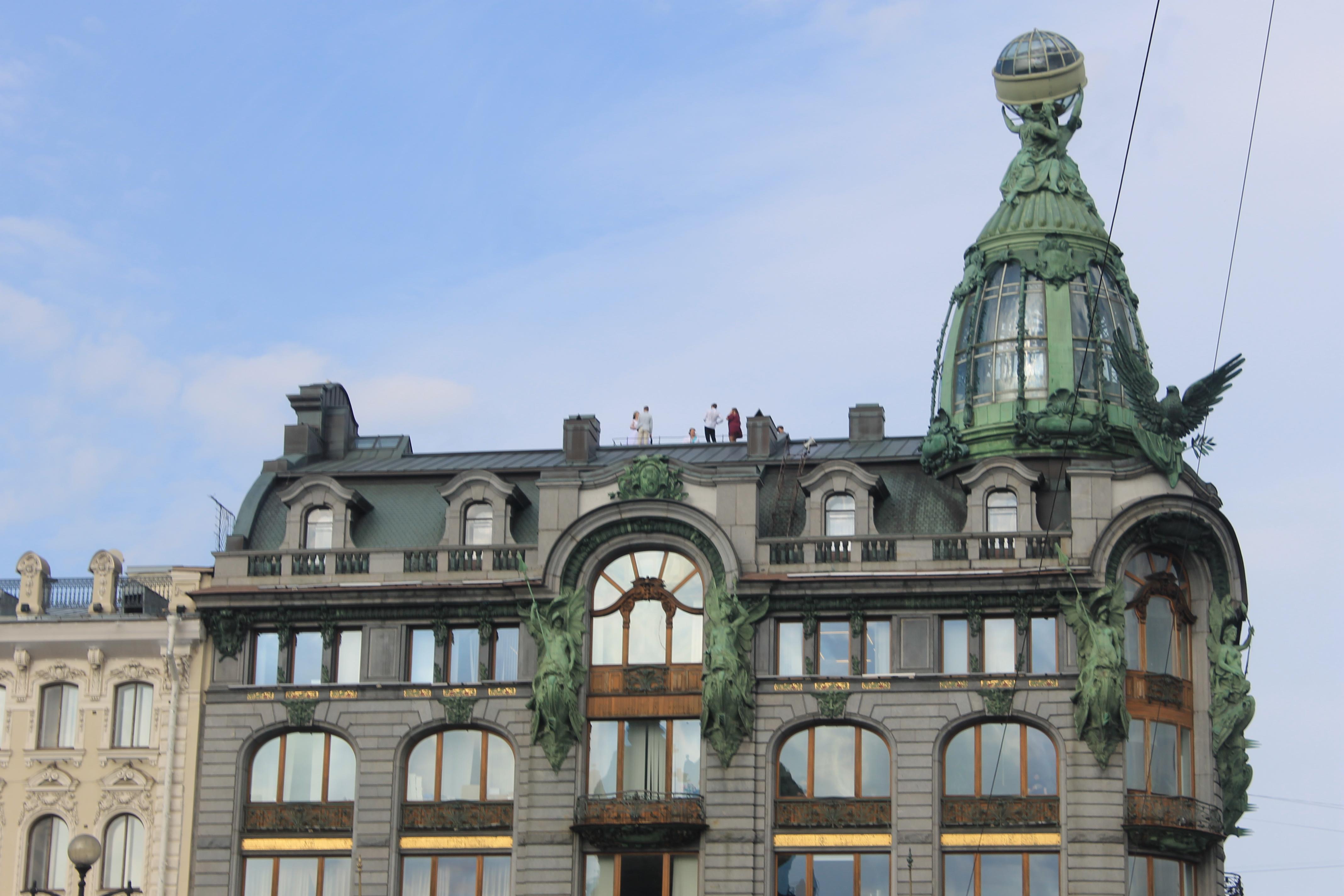 Свадебная фотосессия на крыше дома Зингер вид с Невского проспекта
