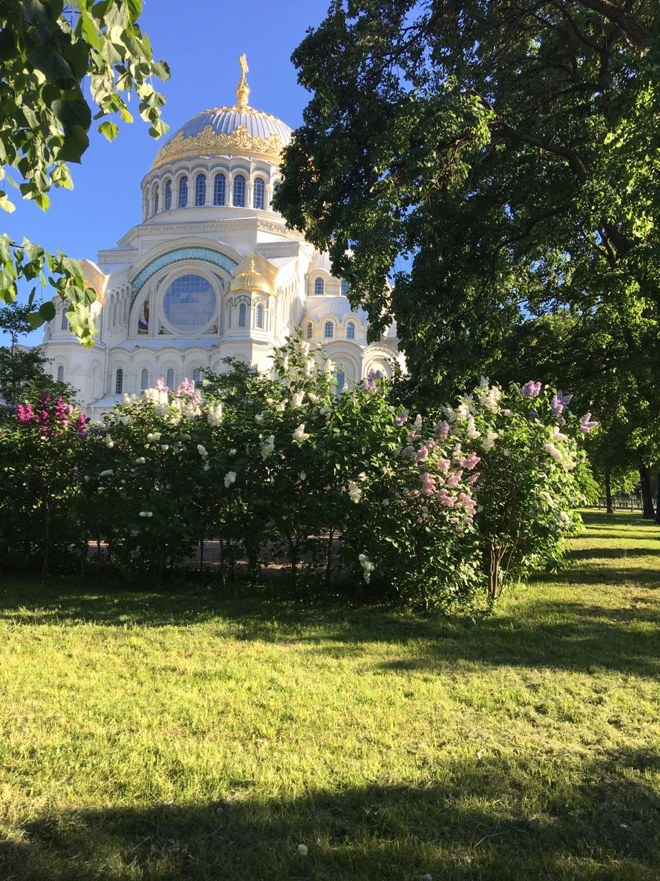 Морской собор на якорной площади лето зелень