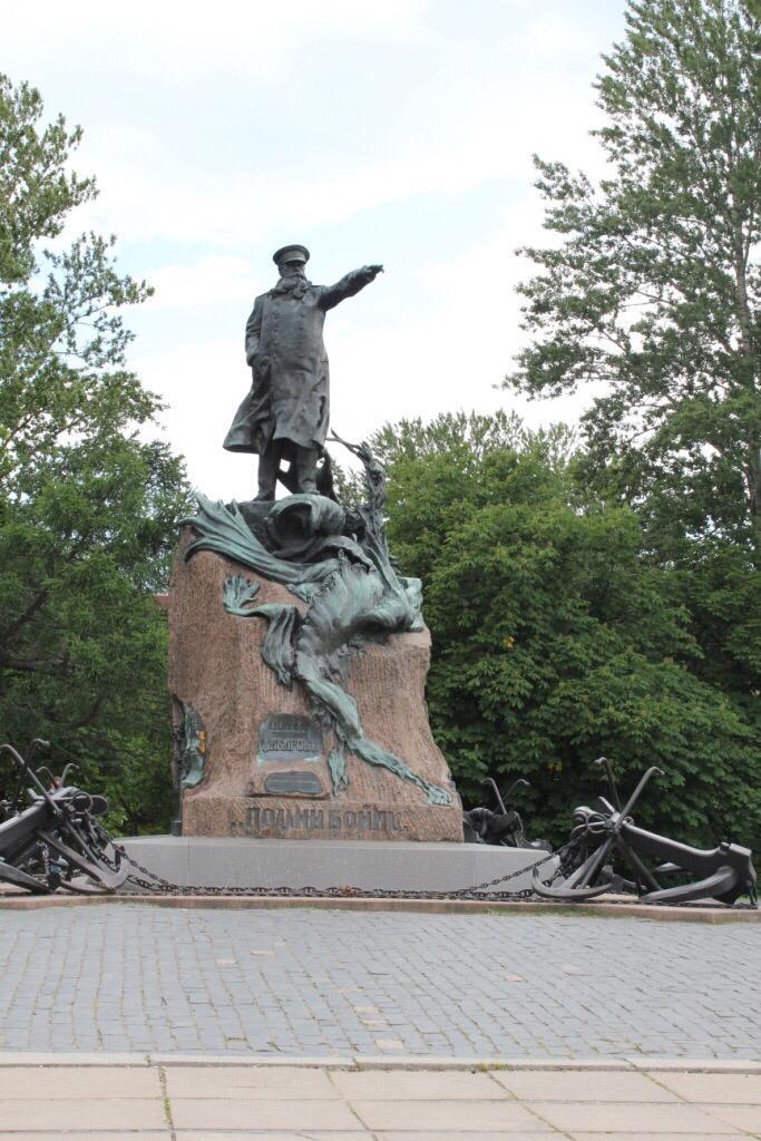 Памятник макарову
