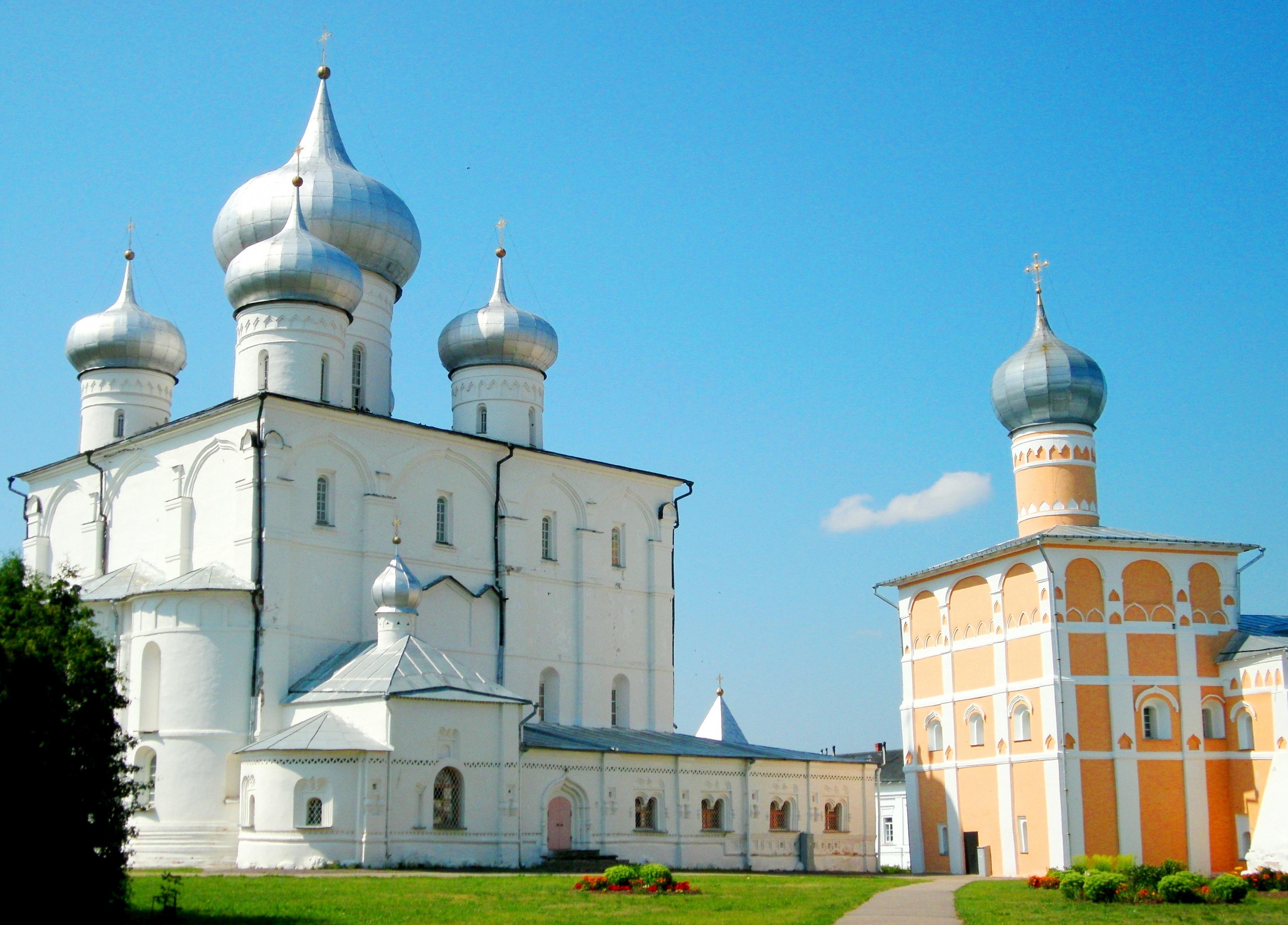 Грановитая палата (справа) и Софийский собор