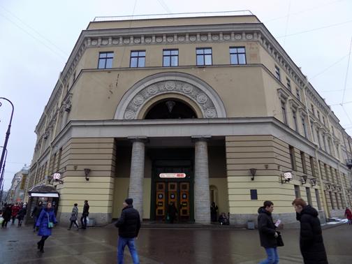 Вход в метро, украшенный двумя дорическими колоннами. Справа – Большая Московская улица, слева – Кузнечный переулок