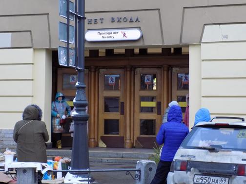 Выход из метро на Кузнечный переулок. Напротив всегда стоят торговцы-частники. До реконструкции 2006-2008 годов этого выхода не было.