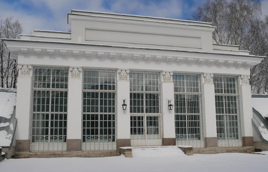 Музей художественного стекла - фасад павильона белого цвета