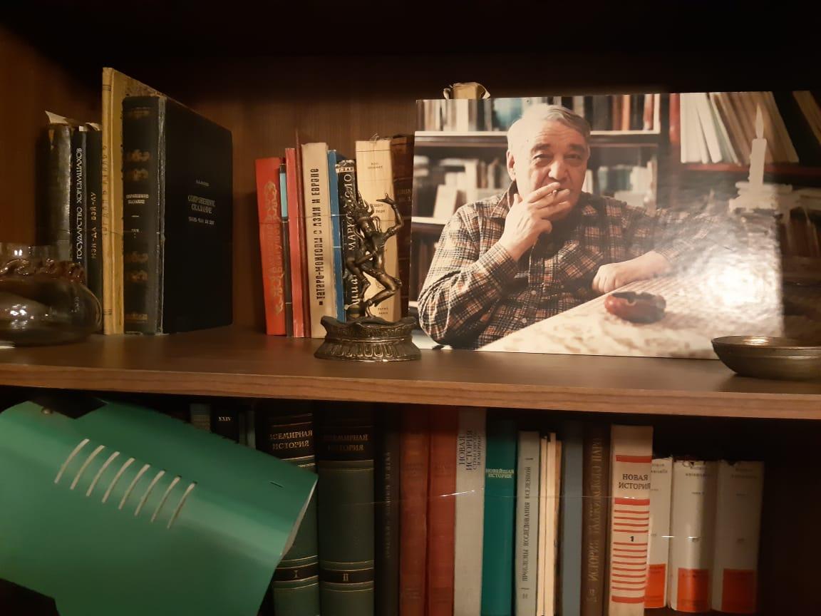 фотографи Гумилёва на книжной полке