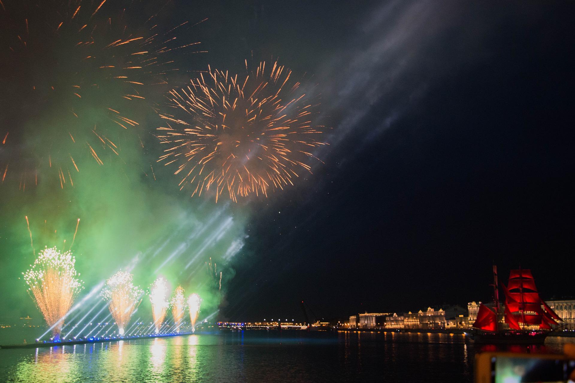 Праздничные водные экскурсии в Санкт-Петербурге