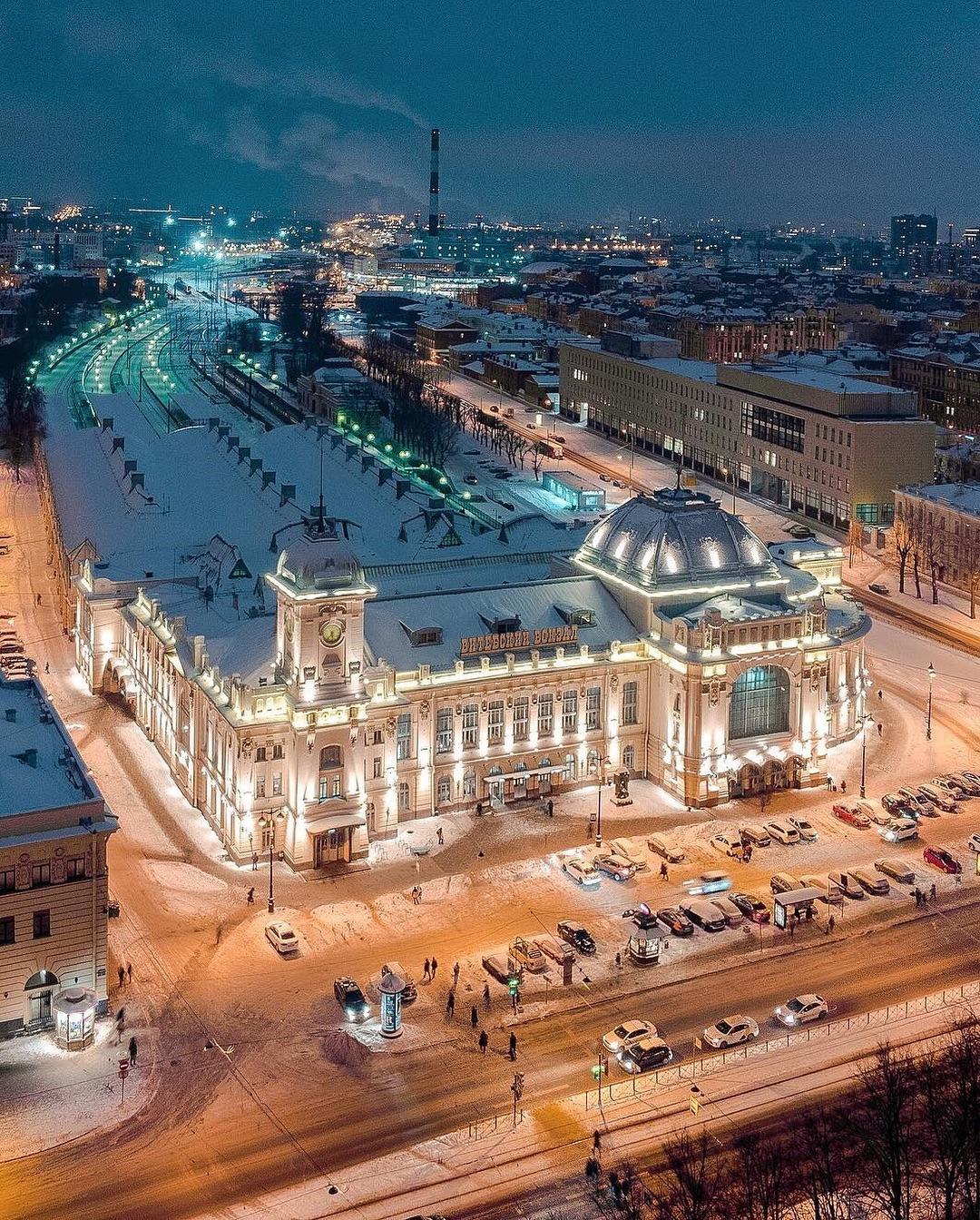 Витебский вокзал ночью.