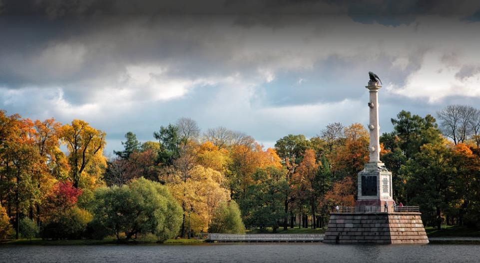 Чесменская колонна в Екатерининском парке Царского Села символизирует силу и славу русского флота