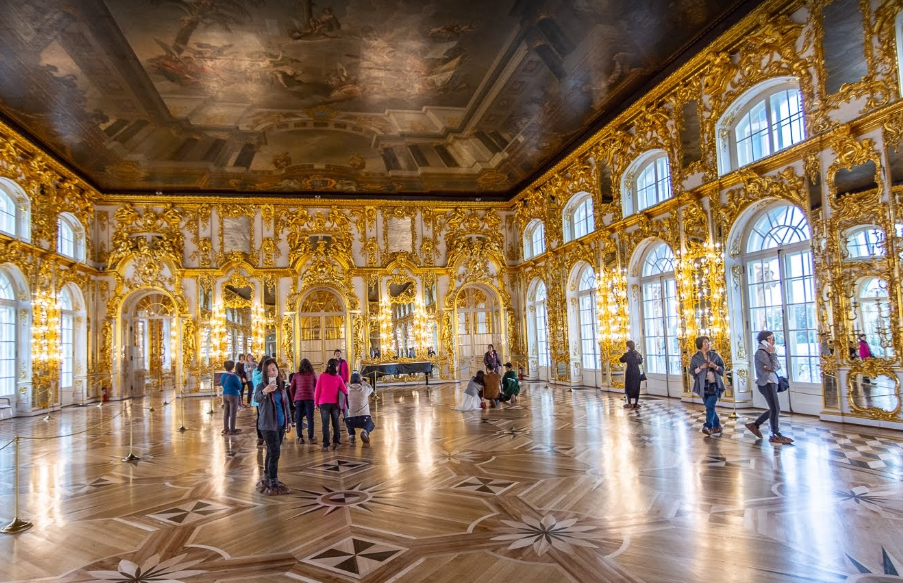 Светлая галерея или большой зал предназначался для проведения официальных приемов и торжеств, парадных обедов и балов