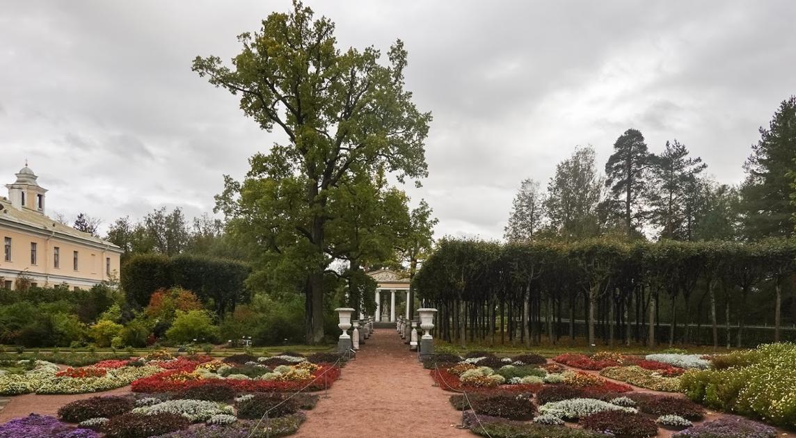 Собственный сад императрицы Марии Федоровны расположен под окнами ее личных комнат с южной стороны Павловского дворца