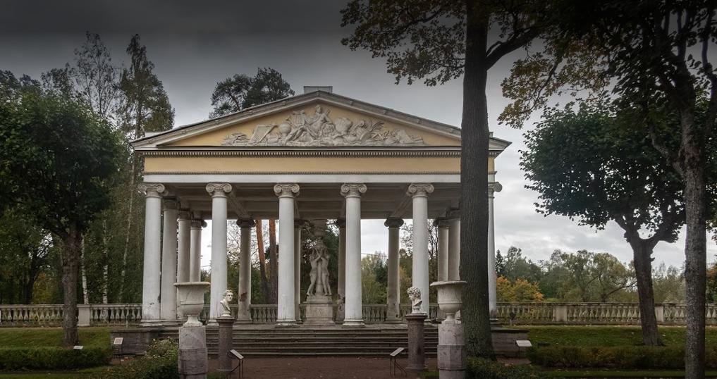 Павильон Трех граций расположен на террасе Собственного садика. Здесь любил отдыхать и работать Павел I.