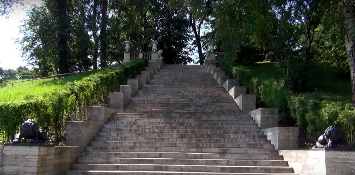 Для того чтобы плавно связать Большие круги с Долиной реки Славянки соорудили Большую каменную лестницу, которую называют Итальянской