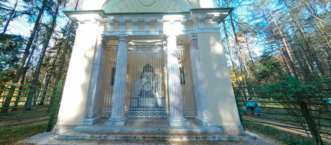 Памятник любезным родителям – монумент, окруженный стеной хвойных деревьев