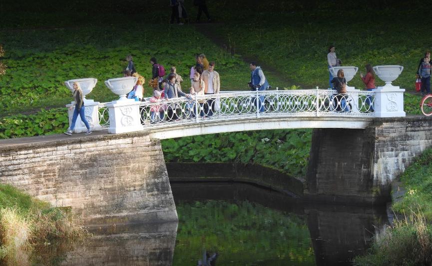 Чугунный мостик создан при императрице Марии Федоровне по проекту знаменитого архитектора К. И. Росси