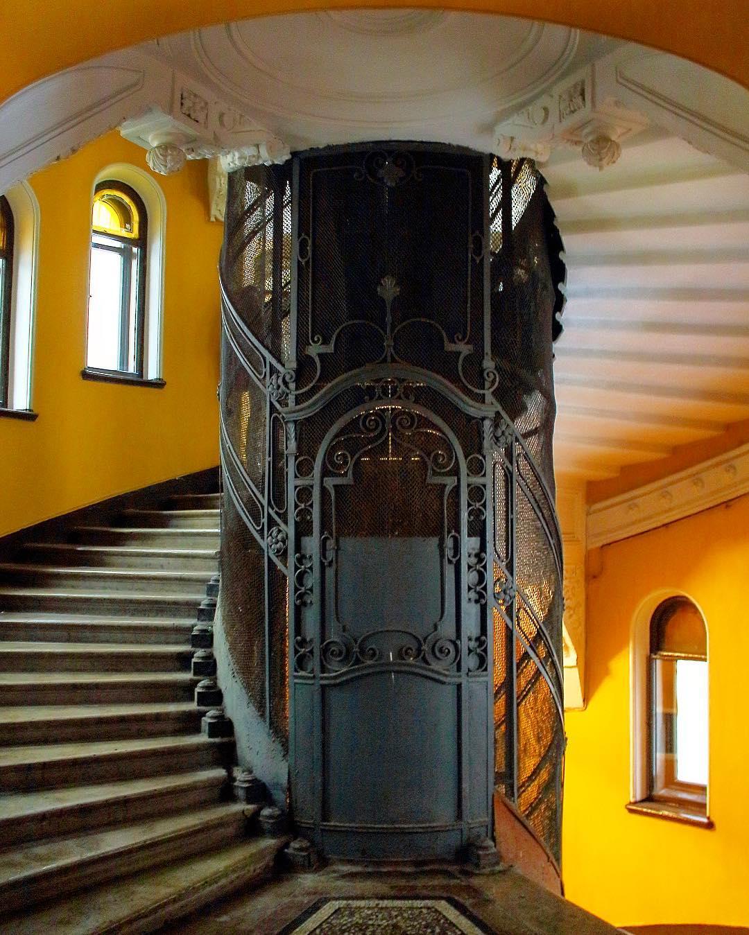 Доходный дом Елисеевых лифт