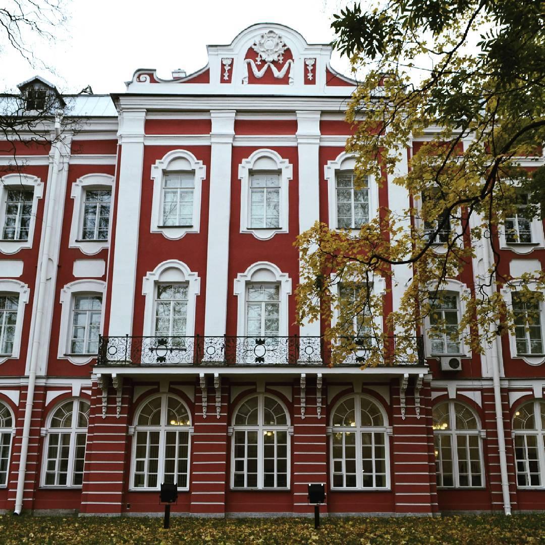 Здание Двенадцати коллегий фото