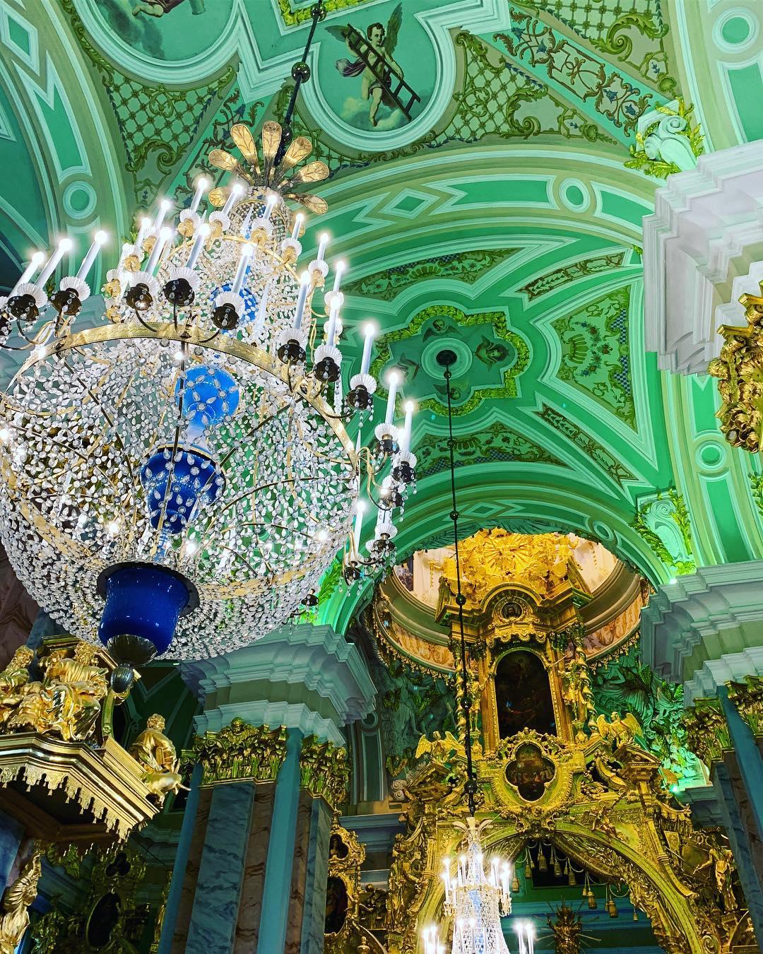люстры в Петропавловском соборе