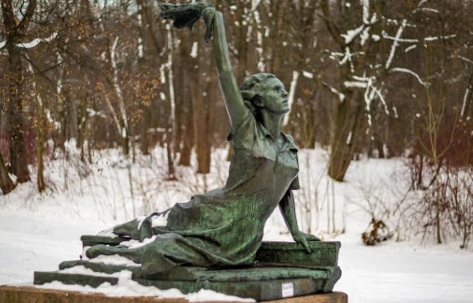 памятник посвящен Раймонде Дьян