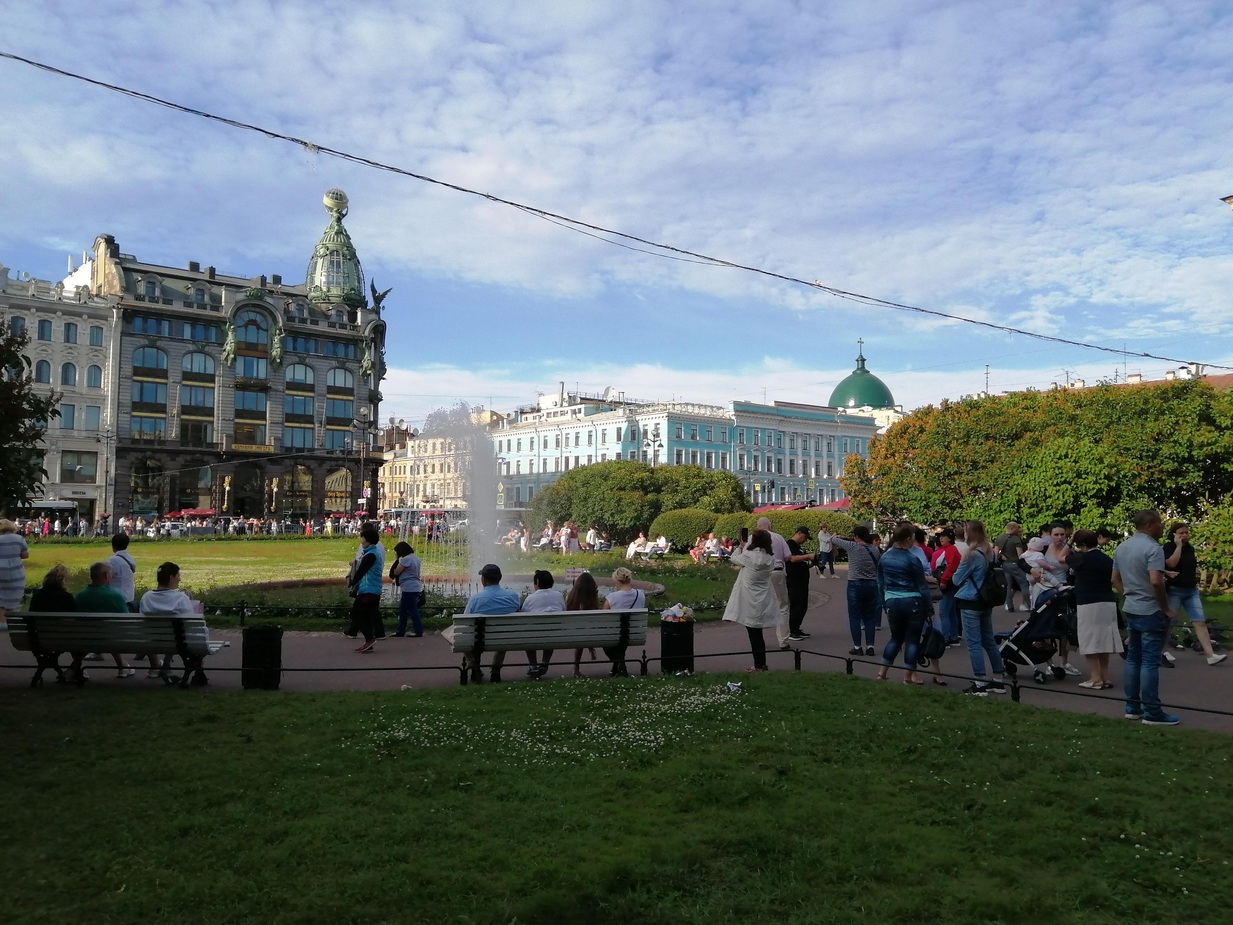 Сквер казанского собора с видом на Дом Зингера