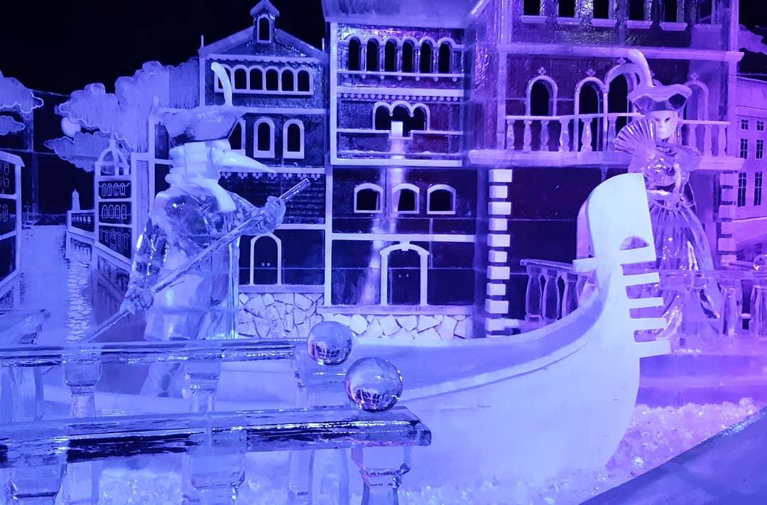 Ледяные скульптуры у Петропавловской крепости