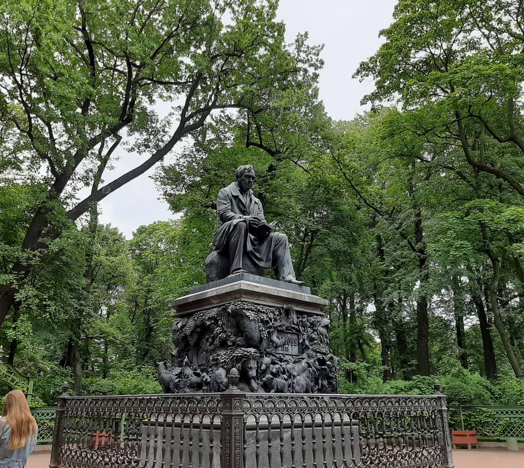 памятник Крылову